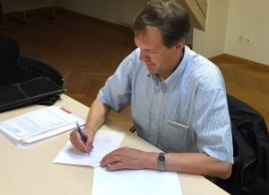 Präsident Ludwig Waidacher beim Unterzeichnen der Dokumente (Bild: zVg).