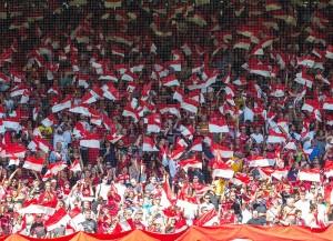 Fans im Stadion des SC Freiburg (Bild: Wikipedia/Ctruongngoc).