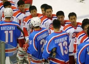 Die mongolische Eishockey-Nationalmannschaft (in blau) nach einem Spiel gegen Nordkorea (Bild: zweiteliga.org).
