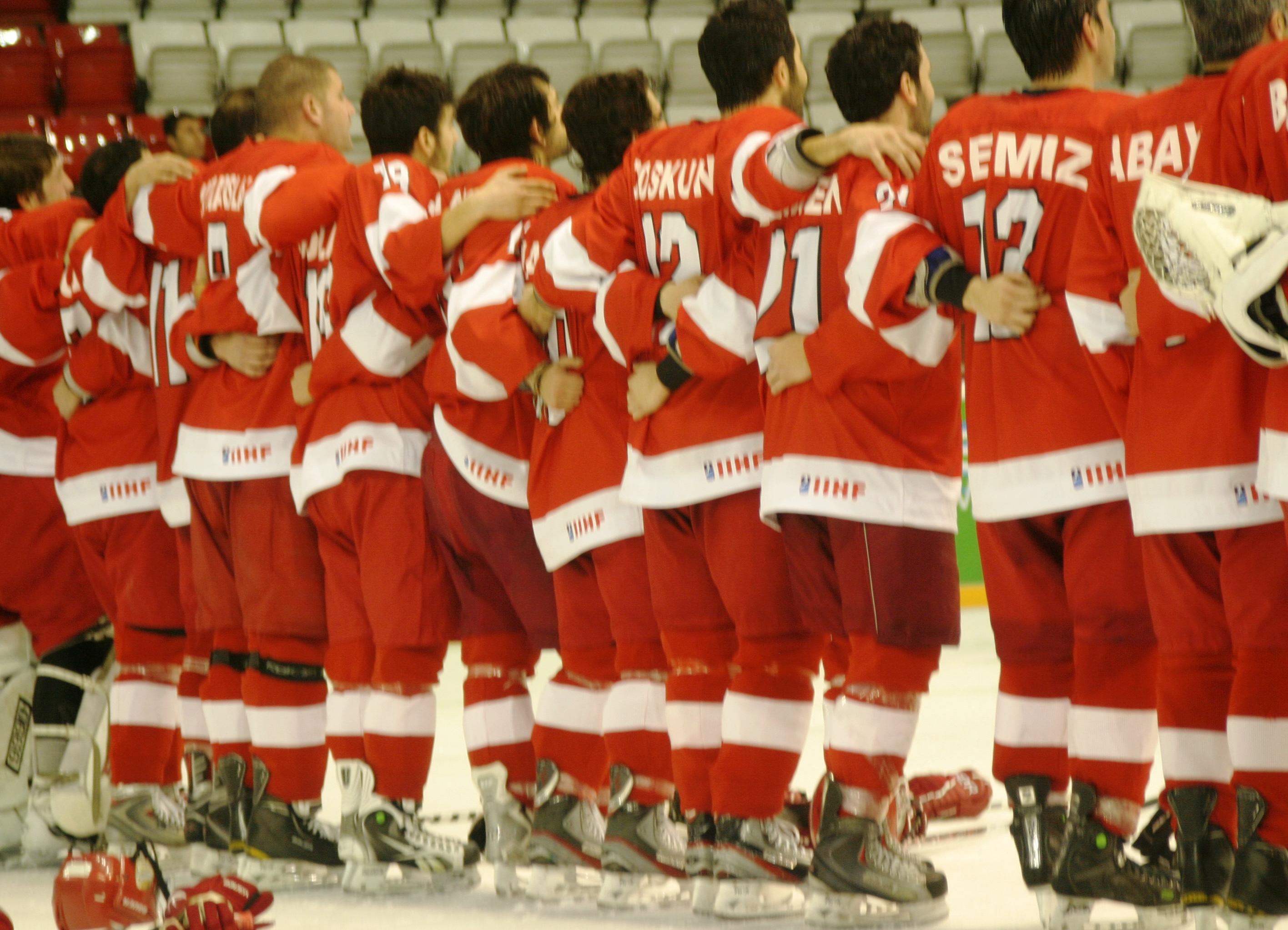 Türkei gewinnt Eishockey Heim-WM