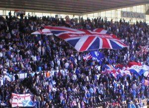 Blick ins Stadion der Glasgow Rangers (Bild: Wikipedia/Gordon MacDonald).