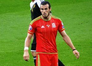 Gareth Bale im Dress des Nationalteams von Wales (Bild: Wikipedia/Jon Candy).