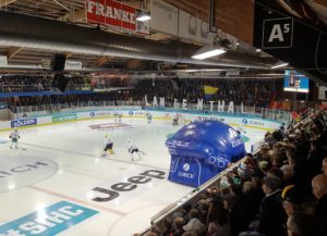 Der HC Lugano läuft ein, in die Eishalle Schoren in Langenthal (Bild: zweiteliga.org).