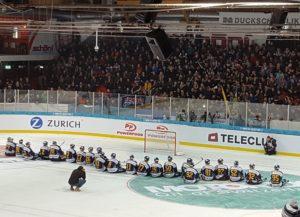 Der SC Langenthal sitzt nach dem Sieg im Cup-Achtelfinale gegen den HC Lugano auf dem Eis vor seinen Fans (Bild: zweiteliga.org).