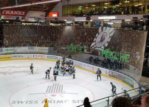 Die Olten-Fans danken CEO Peter Rötheli für seine zehn Amtsjahre (Bild: zweiteliga.org).